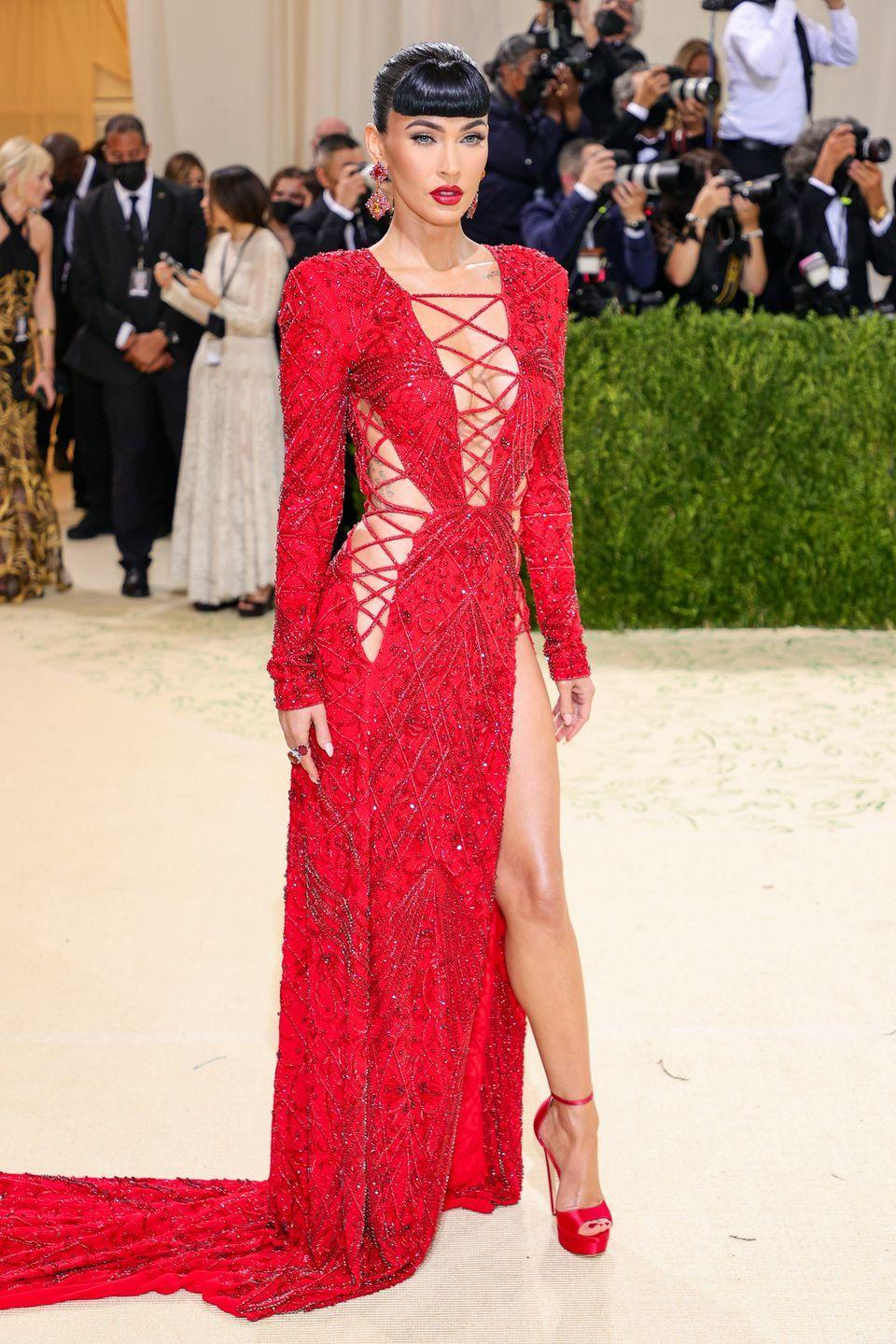 <p>Fox wore a scarlet lace up gown by Dundas.</p>
