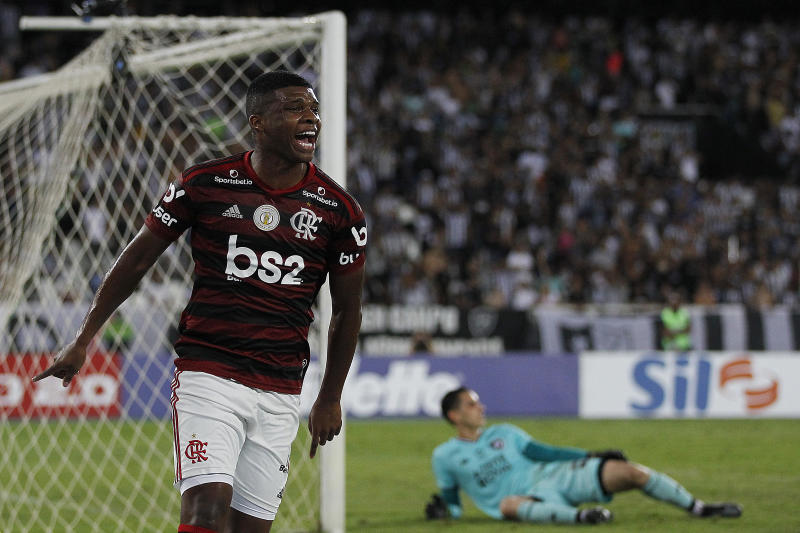 RIO DE JANEIRO, BRAZIL - NOVEMBER 07: Lincoln of Flamengo celebrates after scoring the first goal of his team during a match between Botafogo and Flamengo as part of Brasileirao Series A 2019 at Engenhao Stadium on November 7, 2019 in Rio de Janeiro, Brazil. (Photo by Wagner Meier/Getty Images)