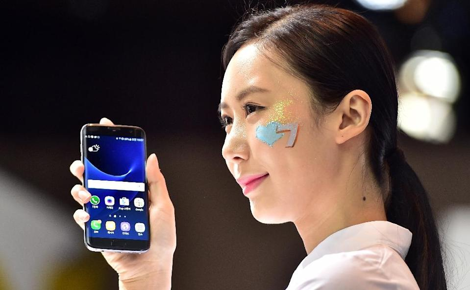 Samsung Electronics flagged a better-than-expected profit for the second quarter, boosted by cost-cutting efforts and solid sales of its latest flagship smartphone (AFP Photo/Jung Yeon-Je)