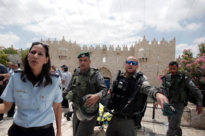 Israeli border guards secure the site of a stabbing attack carried out by an 18-year-old Palestinian on an Israeli border policeman on June 21, 2015 outside the old city of Jerusalem (AFP Photo/Ahmad Gharabli)