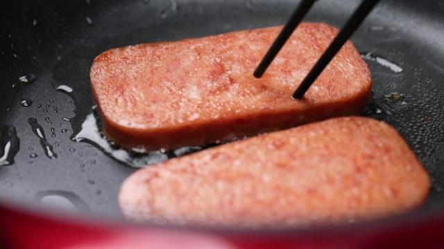 Frying luncheon meat slices with chopsticks