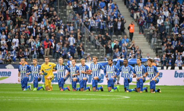 Hertha Berlin players and staff all took a knee before Saturday's match against Schalke. (Hertha Berlin on Twitter)