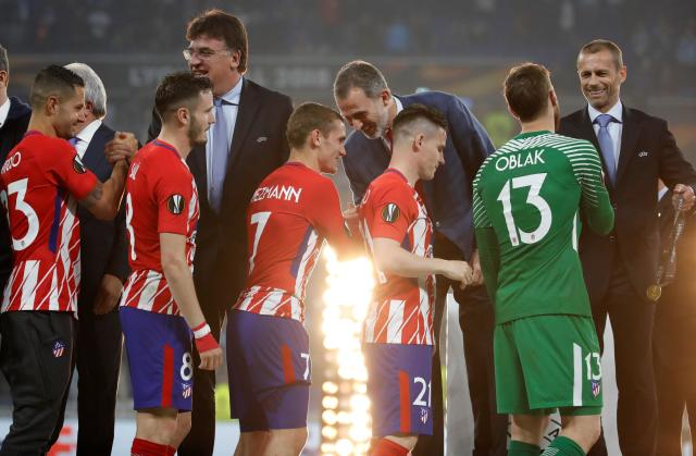 Soccer Football - Europa League Final - Olympique de Marseille vs Atletico Madrid - Groupama Stadium, Lyon, France - May 16, 2018 (l - R) Atletico Madrid's Vitolo, Saul Niguez, Antoine Griezmann, Kevin Gameiro and Jan Oblak receive their medals from Spain's King Felipe VI and UEFA President Aleksander Ceferin after winning the Europa League REUTERS/Christian Hartmann