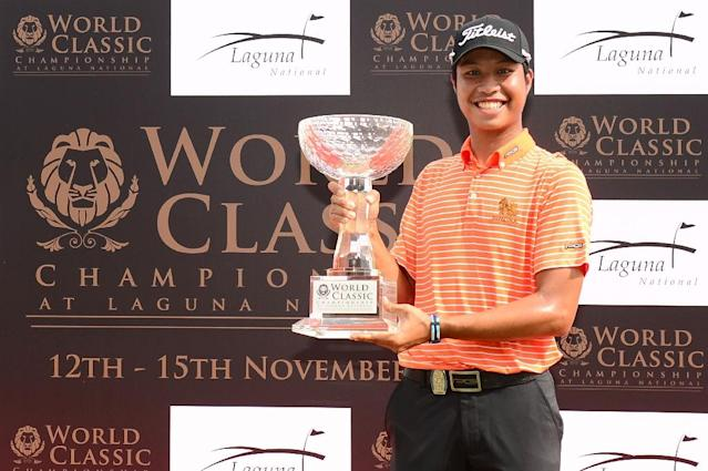 Danthai Boonma of Thailand posing with the trophy after winning the World Classic Championship at Laguna National Golf and Country Club in Singapore on November 15, 2015 (AFP Photo/Arep Kulal)