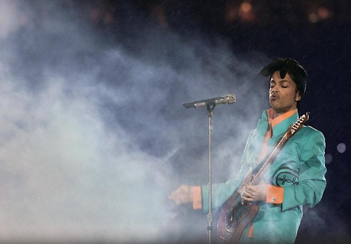 US musician Prince performing during half-time at Super Bowl XLI at Dolphin Stadium in Miami between the Chicago Bears and the Indianapolis Colts on February 4, 2007 (AFP Photo/Roberto Schmidt)