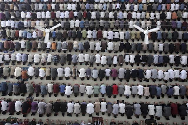 <p>Students perform a prayer on the first day of the holy fasting month of Ramadan at Ar-Raudlatul Hasanah Islamic boarding school in Medan, North Sumatra, Indonesia, May 27, 2017. (AP Photo/Binsar Bakkara) </p>
