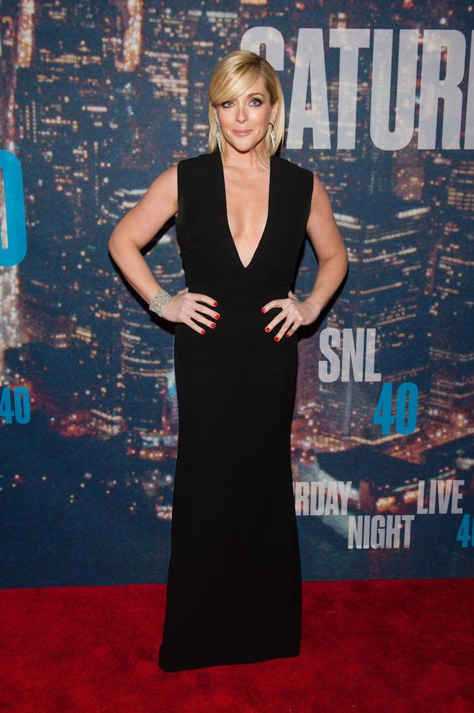 Her date for the night, Lucy Liu, went for a princess dress but Jane Krakowski's floor-length gigure-hugging black dress is totally sexy.