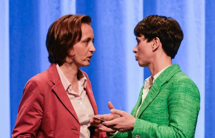 Frauke Petry (R), leader of the German right wing AfD party, speaks with her deputy Beatrix von Storch during the party congress at the Stuttgart Congress Centre on April 30, 2016 (AFP Photo/Philipp Guelland)