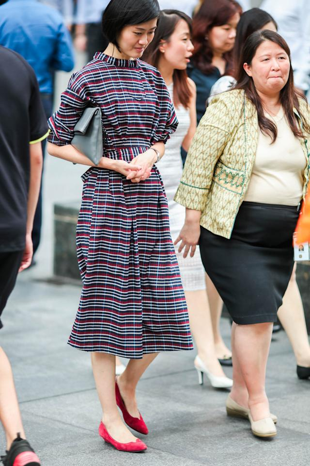 <p>A mid-length dress, a clutch and a solid-coloured low-heeled pump: It's a perfect combination. (Photo: Don Wong) </p>