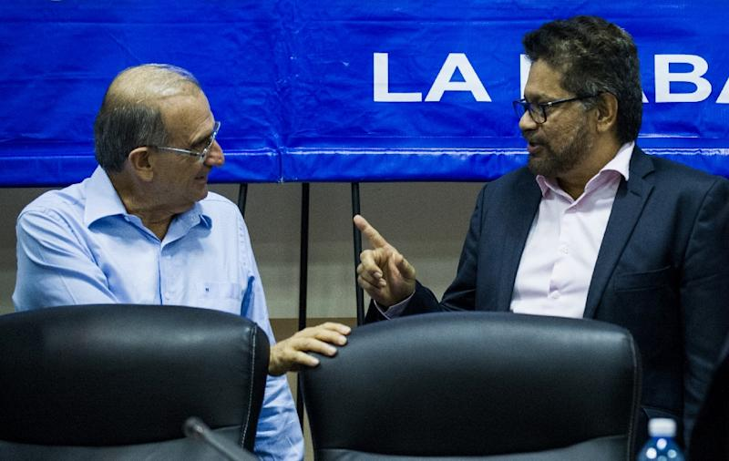 Ivan Marquez (R), the head of the FARC delegation to peace talks and the head of the Colombian government delegation Humberto de la Calle (L) at a press conference in Havana (AFP Photo/Yamil Lage)