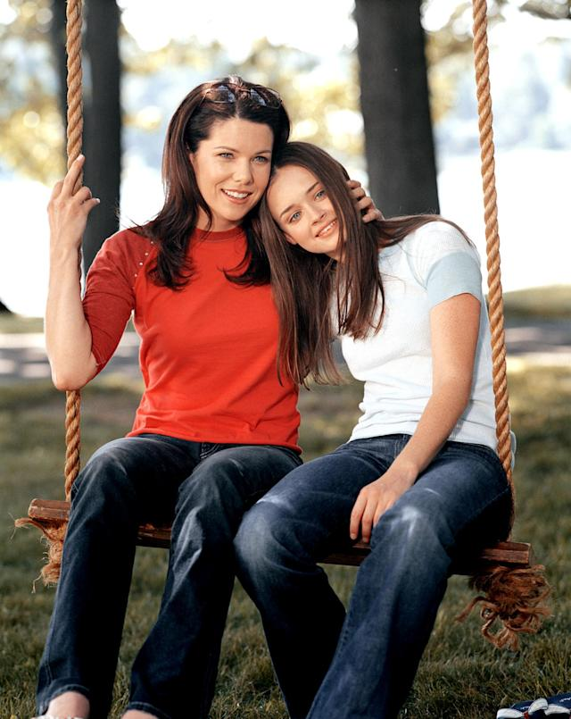 Lauren Graham and Alexis Bledel, <em> Gilmore Girls</em> Season 2. (Photo: Everett Collection)