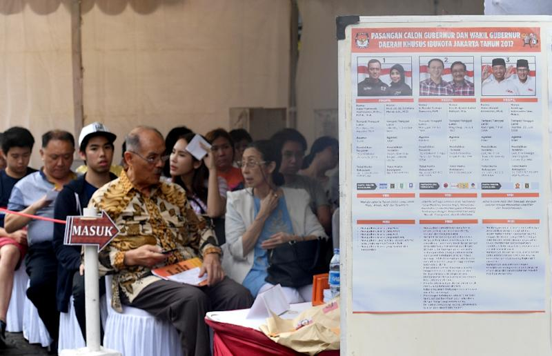 Indonesian voters wait to cast their votes in local elections in Jakarta on February 15, 2017 (AFP Photo/GOH CHAI HIN)