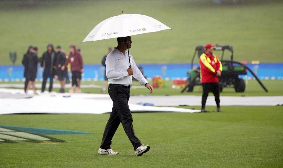 Rain washed out the last day's play of New Zealand's final Test against South Africa, denying them a series-levelling win, in Hamilton, on March 29, 2017 (AFP Photo/Michael Bradley)
