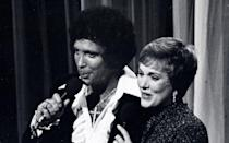 "Wir sind endgültig in den 70-ern angekommen, man sieht es an seiner Frisur. Im Bild: Tom Jones bei einem Duett mit Musical-Star Julie Andrews (""Mary Poppins"") im New Yorker Hilton Hotel, 1975. (Bild: Ron Galella/Getty Images)"