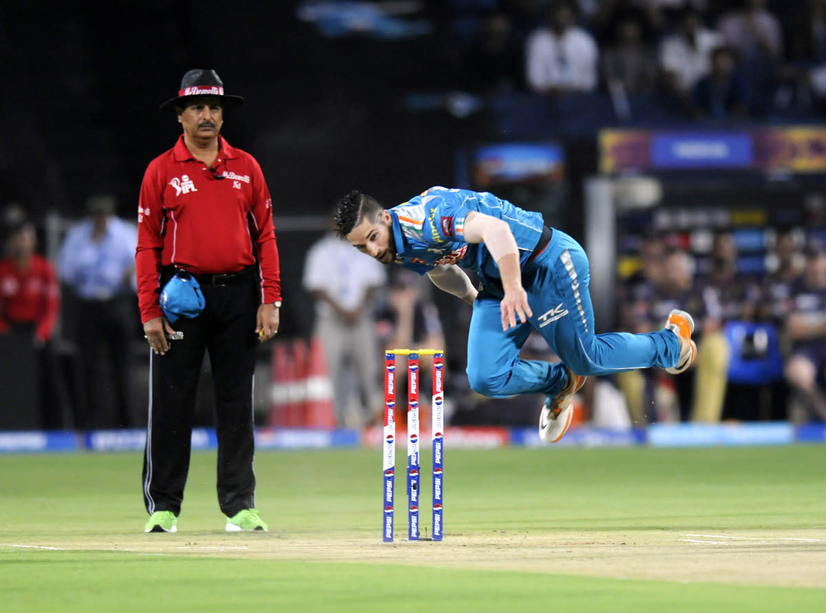 Wayne Parnell of Pune Warriors bowls during match 56 of the Pepsi Indian Premier League ( IPL) 2013  between The Pune Warriors India and the Kolkata Knight Riders held at the Subrata Roy Sahara Stadium, Pune on the 9th May 2013. (BCCI)