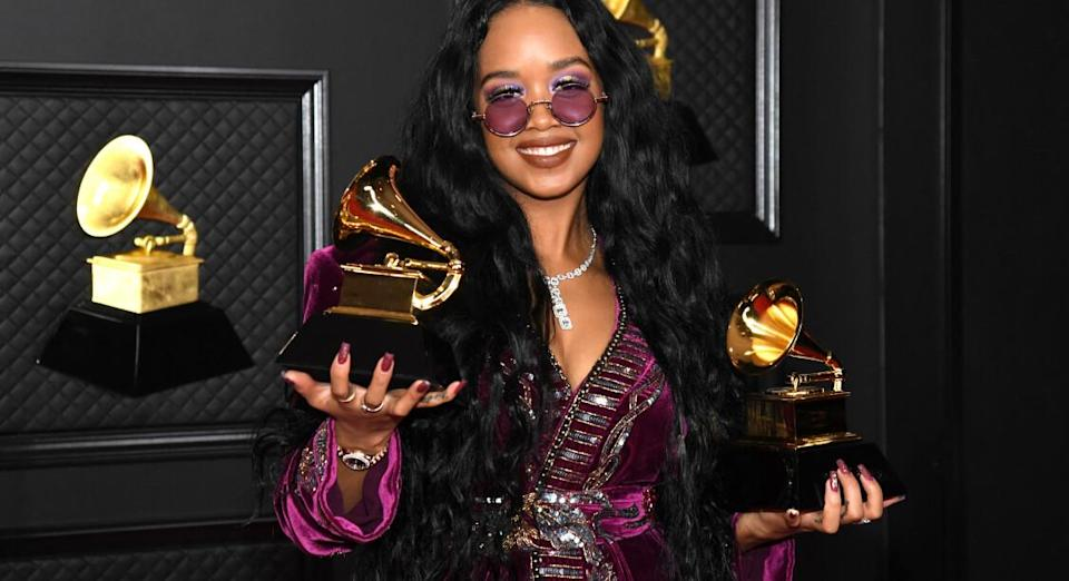 H.E.R. aux Grammy Awards 2021 à Los Angeles. Crédits : AFP PHOTO / KEVIN MAZUR / THE RECORDING ACADEMY VIA GETTY IMAGES