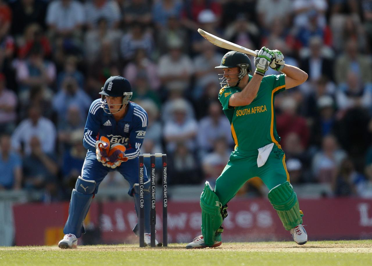 SOUTHAMPTON, ENGLAND - AUGUST 28: AB de Villiers of South Africa hits out watched by England wicketkeeper Craig Kieswetter during the 2nd NatWest Series ODI match between England and South Africa at the Ageas Bowl on August 28, 2012 in Southampton, England.  (Photo by Harry Engels/Getty Images)