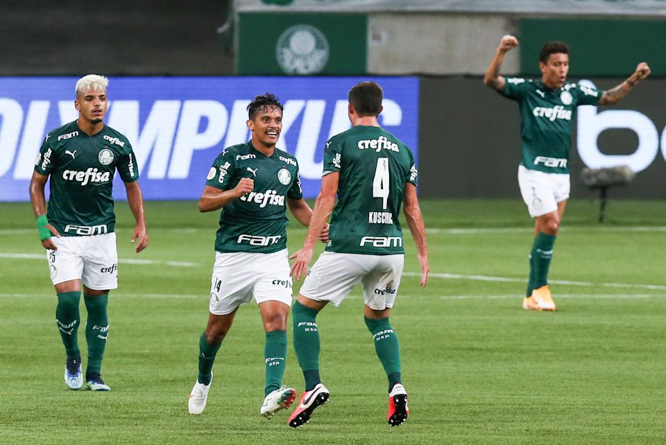 SAO PAULO, BRAZIL - FEBRUARY 14: Gustavo Scarpa #14 of Palmeiras celebrates with his team mates after scoring the first goal of their team during a match between Palmeiras and Fortaleza as part of Brasileirao Series A 2020 at Allianz Parque on February 14, 2021 in Sao Paulo, Brazil. (Photo by Alexandre Schneider/Getty Images)