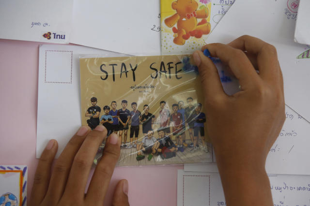 <p>A Thai well-wisher puts up a message for the boys and their soccer coach who had been trapped since June 23 in a cave in Chiang Rai Province, northern Thailand, July 9, 2018. Photo: Sakchai Lalit/AP) </p>