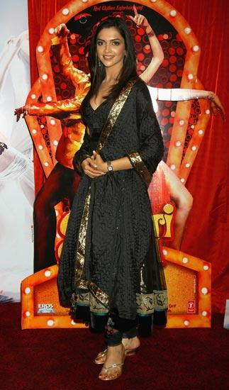 Promoting Om Shaanti Om in 2007, the star sticks to Indian ethnic wear.