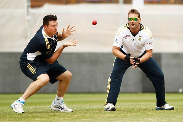 SYDNEY, AUSTRALIA - NOVEMBER 01:  Graeme Smith and Jacques Kallis practice slip catching during a South African Proteas training session at Sydney Cricket Ground on November 1, 2012 in Sydney, Australia.  (Photo by Brendon Thorne/Getty Images)