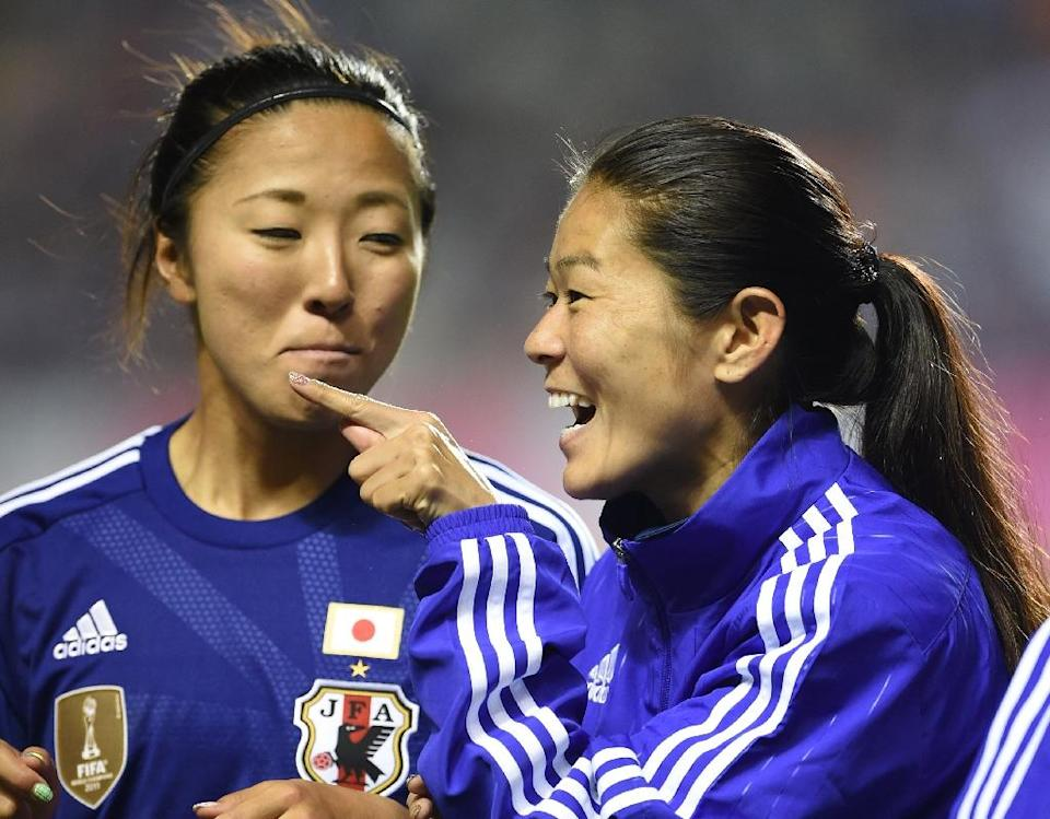 Japan's Homare Sawa (R) chats with teammate Yuki Ogimi during an int'l friendly match against Italy, in Nagano, on May 28, 2015 (AFP Photo/Toshifumi Kitamura)