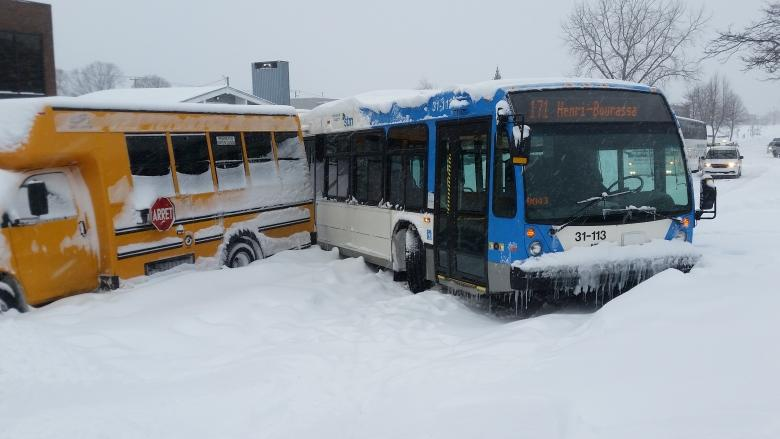 Montreal commuters band together to free STM buses stuck in snow