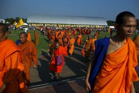 Buddhist monks take part in a protest against state interference in religious affairs at a temple in Nakhon Pathom province on the outskirts of Bangkok, Thailand, February 15, 2016.REUTERS/Athit Perawongmetha