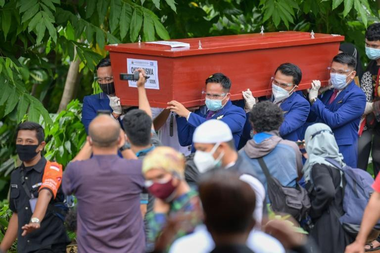 Sobbing relatives bury Indonesia Sriwijaya Air plane crash victim