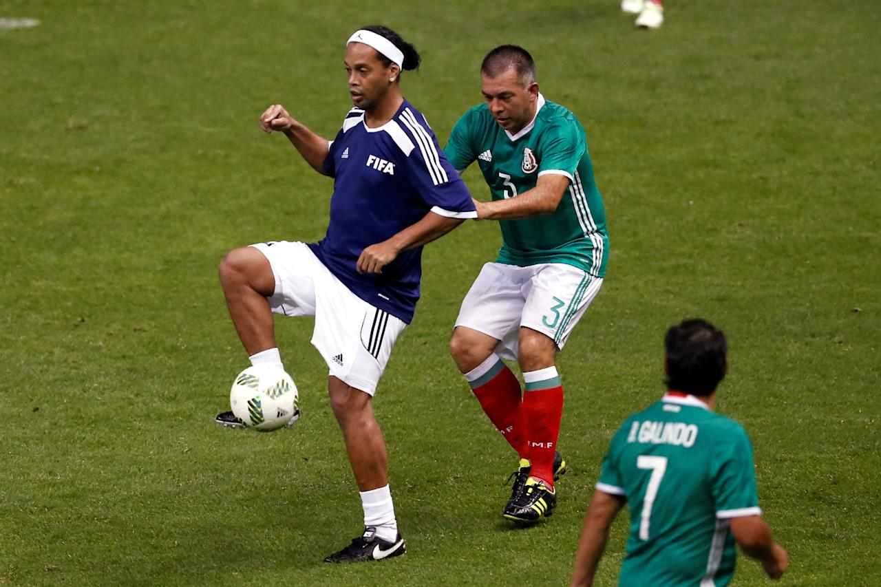 Ronaldinho of Brazil fights for the ball with Juan de Dios Ram'rez of Mexico during a friendly soccer match between FIFA Football Legends against Mexican all-stars as part of the 66th FIFA Congress and 50th anniversary of the Azteca stadium, at Azteca stadium in Mexico City, Mexico, May 11, 2016. REUTERS/Edgard Garrido