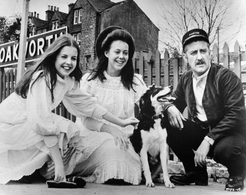Sally Thomsett and Jenny Agutter meet Bernard Cribbins in a scene from the film 'The Railway Children', 1970. (Photo by Universal/Getty Images)