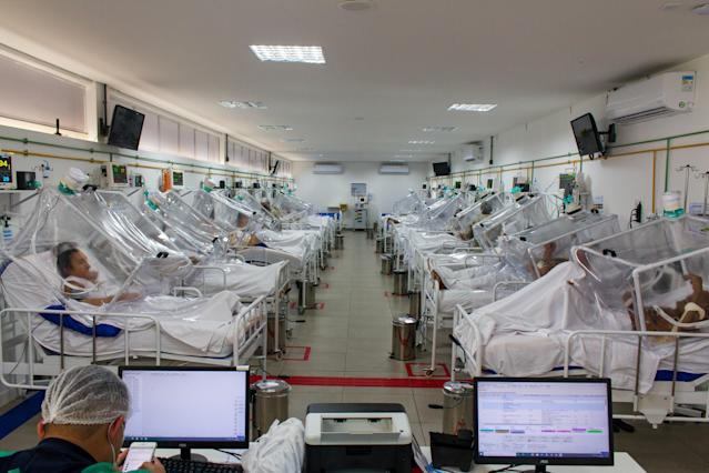 04 June 2020, Brazil, Manaus: View into the intensive care unit of the Gilberto Novaes Municipal Field Hospital. The field hospital was set up in a school and has 180 beds, 38 of which are intensive care beds. Photo: Lucas Silva/dpa (Photo by Lucas Silva/picture alliance via Getty Images)