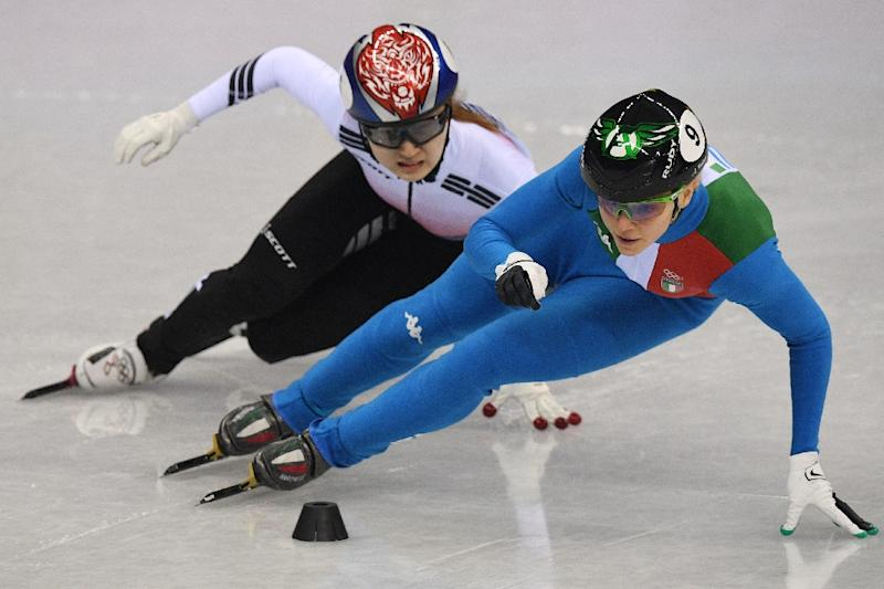 Italy's Arianna Fontana (R) duels with South Korean hope Choi Min-jeong, who was disqualified for interference