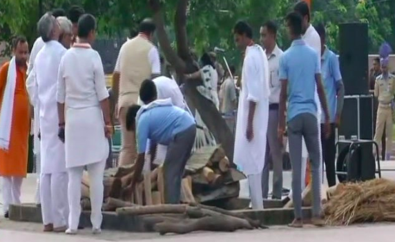 <p>Preparations being made at Smriti Sthal for the funeral of Vajpayee. </p>