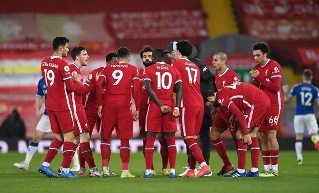 Liverpool players talk in a huddle