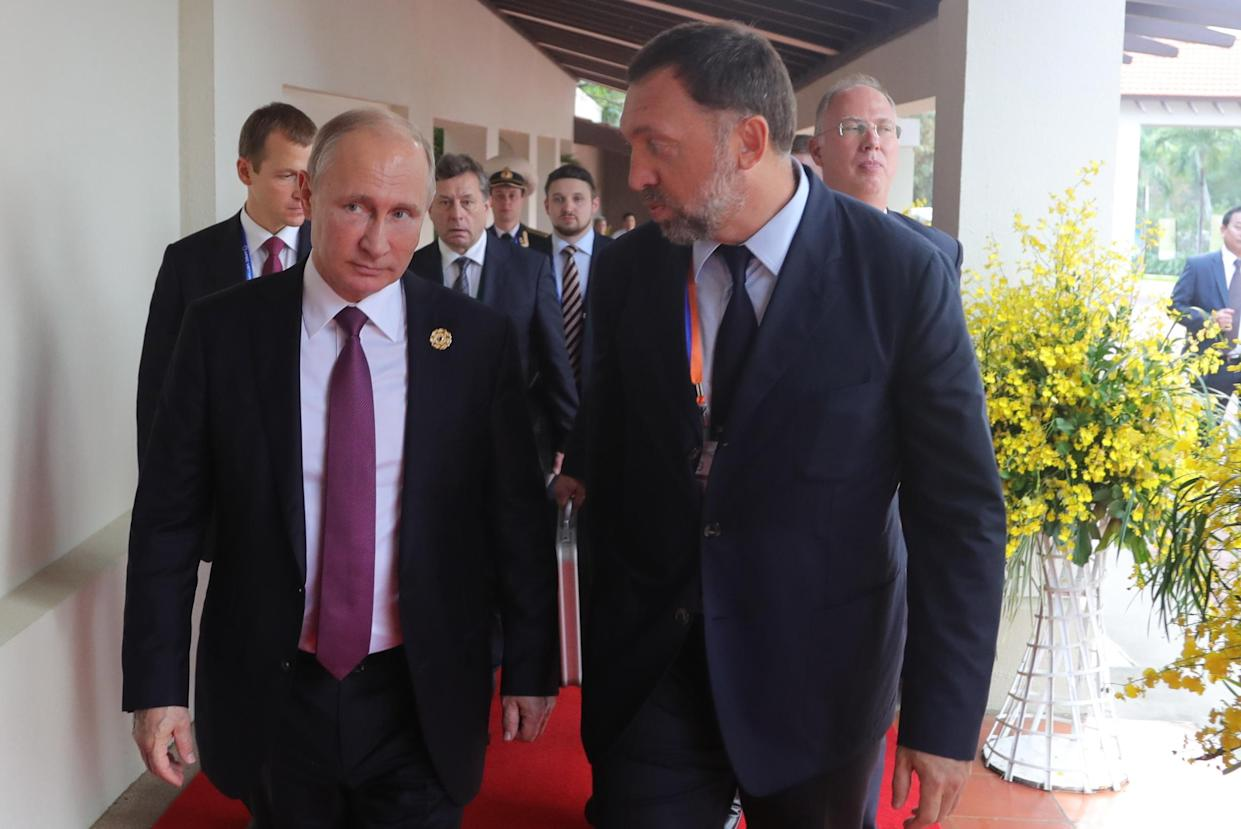 """<span class=""""s1"""">Vladimir Putin chats with Oleg Deripaska, a onetime business partner of Paul Manafort, at the 2017 Asia-Pacific Economic Cooperation summit. (Photo: Mikhail Klimentyev/Russian Presidential Press and Information Office/TASS)</span>"""
