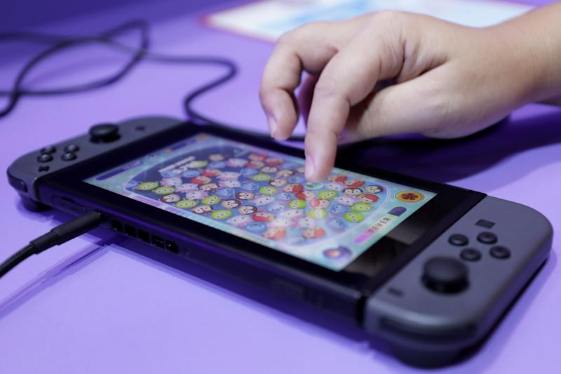 Nintendo Falls on Dour Forecast Despite Strong Switch Sales