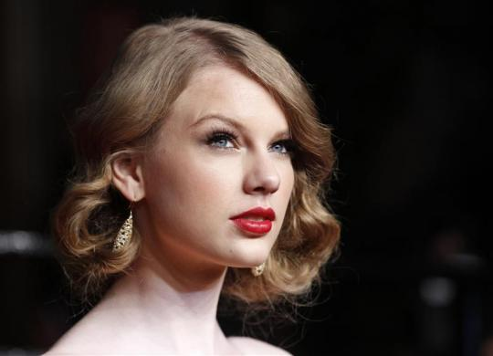 Singer Taylor Swift arrives at the 2011 Vanity Fair Oscar party in West Hollywood, California February 27, 2011.