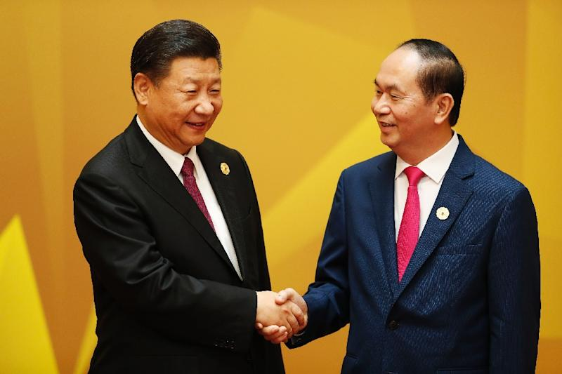 China's President Xi Jinping (L) shakes hands with Vietnam's President Tran Dai Quang upon arrival for the APEC Economic Leaders' Meeting (AFP Photo/Jorge Silva)