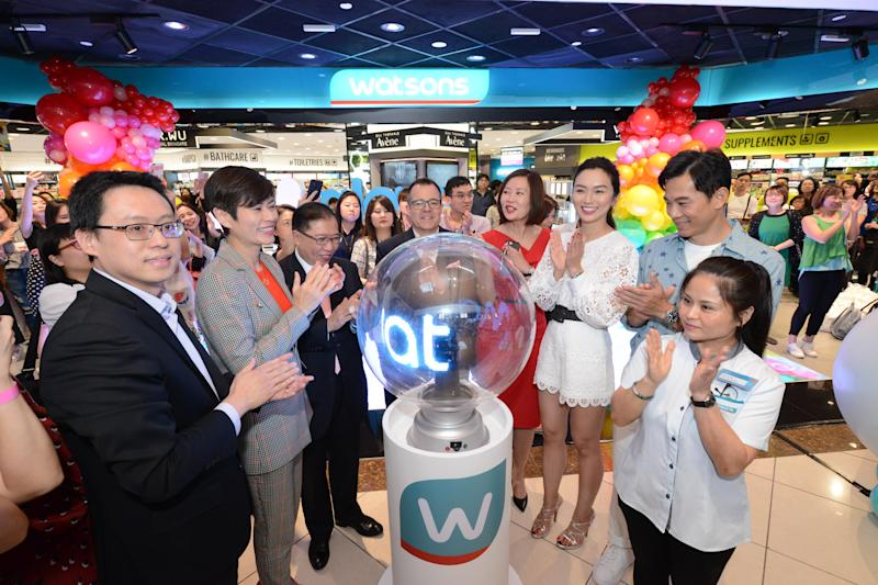(L to R): (in grey suit) Malina Ngai, Group Chief Operating Officer of Watsons; Dominic Lai, Group Managing Director of Watsons; Irene Lau, General Manager of Watsons Singapore; Joanne Peh and Qi Yuwu. (PHOTO: Watsons)