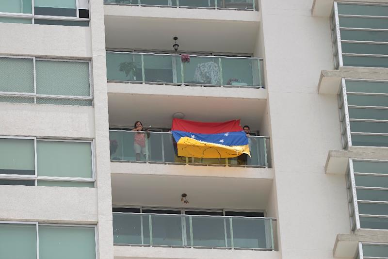 Venezuelan residents in Panama protest from their apartments while President Nicolas Maduro delivers his speech at the VII Americas Summit, in Panama City, on April 11, 2015 (AFP Photo/Johan Ordonez)