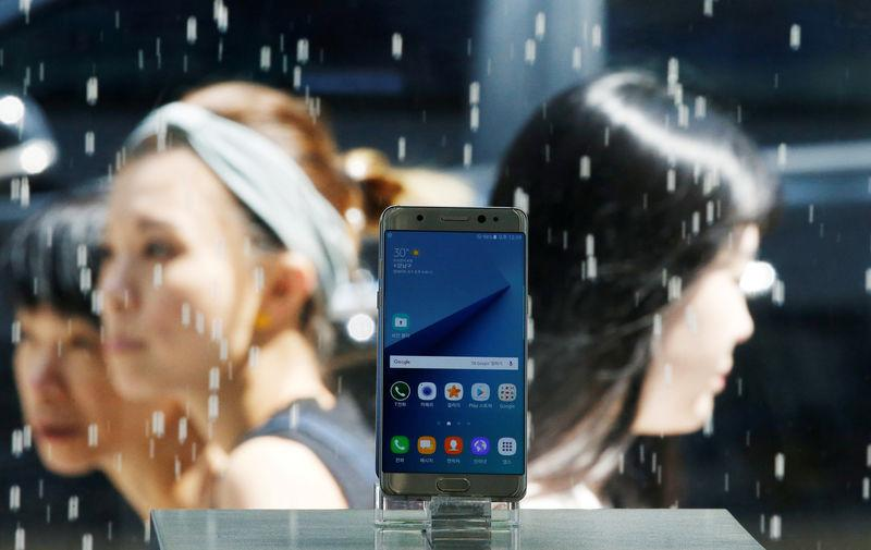 A Samsung Electronics' Galaxy Note 7 new smartphone is displayed at its store in Seoul