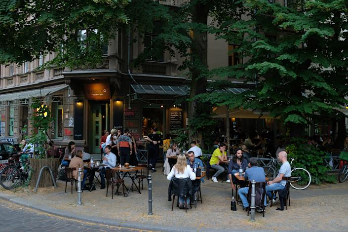 BERLIN, GERMANY - JUNE 25: People relax outdoors at a restaurant during the coronavirus pandemic on June 25, 2021 in Berlin, Germany. Authorities have been easing lockdown measures nationwide as infection rates have fallen and the number of people vaccinated continues to climb. (Photo by Sean Gallup/Getty Images)
