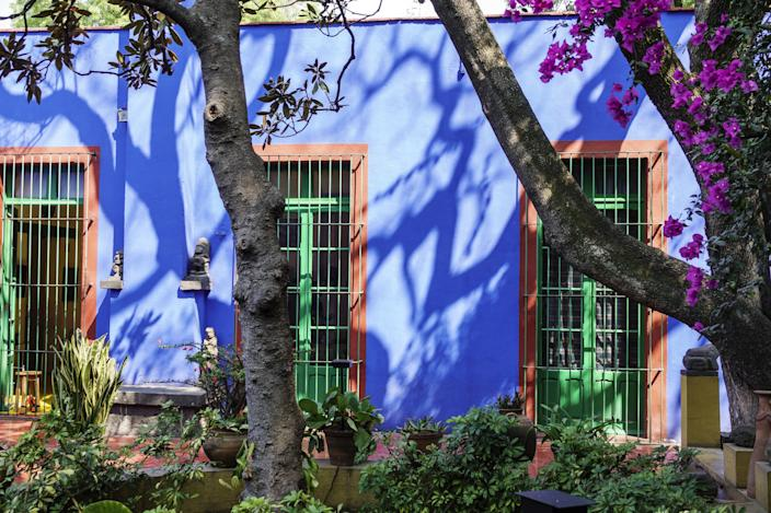 """<h1 class=""""title"""">A blue house at the Frida Kahlo Museum</h1><cite class=""""credit"""">Photo: Jeffrey Greenberg/Universal Images Group via Getty Images</cite>"""