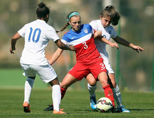 LA MANGA, SPAIN - MARCH 04: Madeline Elliston (C) of USA and Nikita Parris (L) and Paige Williams (R) of England fight for the ball during the women's U23 international friendly match between USA U20 and England U23 on March 4, 2016 in La Manga, Spain. (Photo by Johannes Simon/Bongarts/Getty Images)