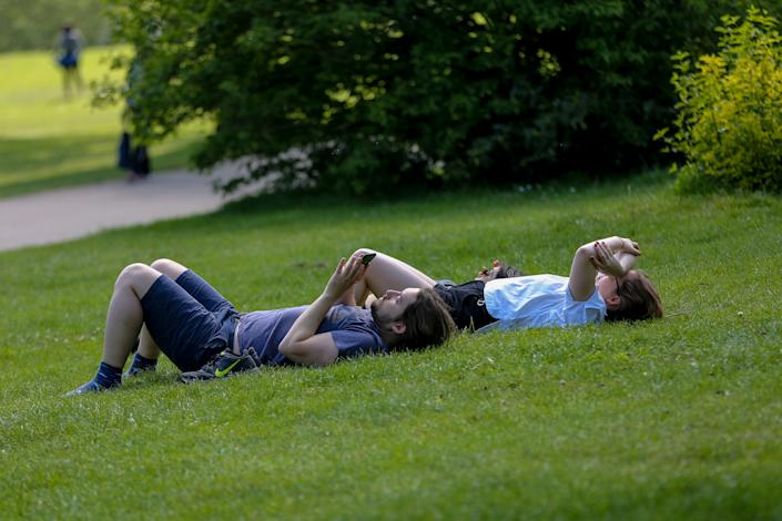 LONDON, UNITED KINGDOM - 2020/05/08: A couple sunbathes at Alexandra Palace in North London on a warm and sunny bank holiday during coronavirus lockdown. Prime Minister Boris Johnson is set to announce measures to ease coronavirus lockdown, which was introduced to slow the spread of the COVID-19. (Photo by Dinendra Haria/SOPA Images/LightRocket via Getty Images)
