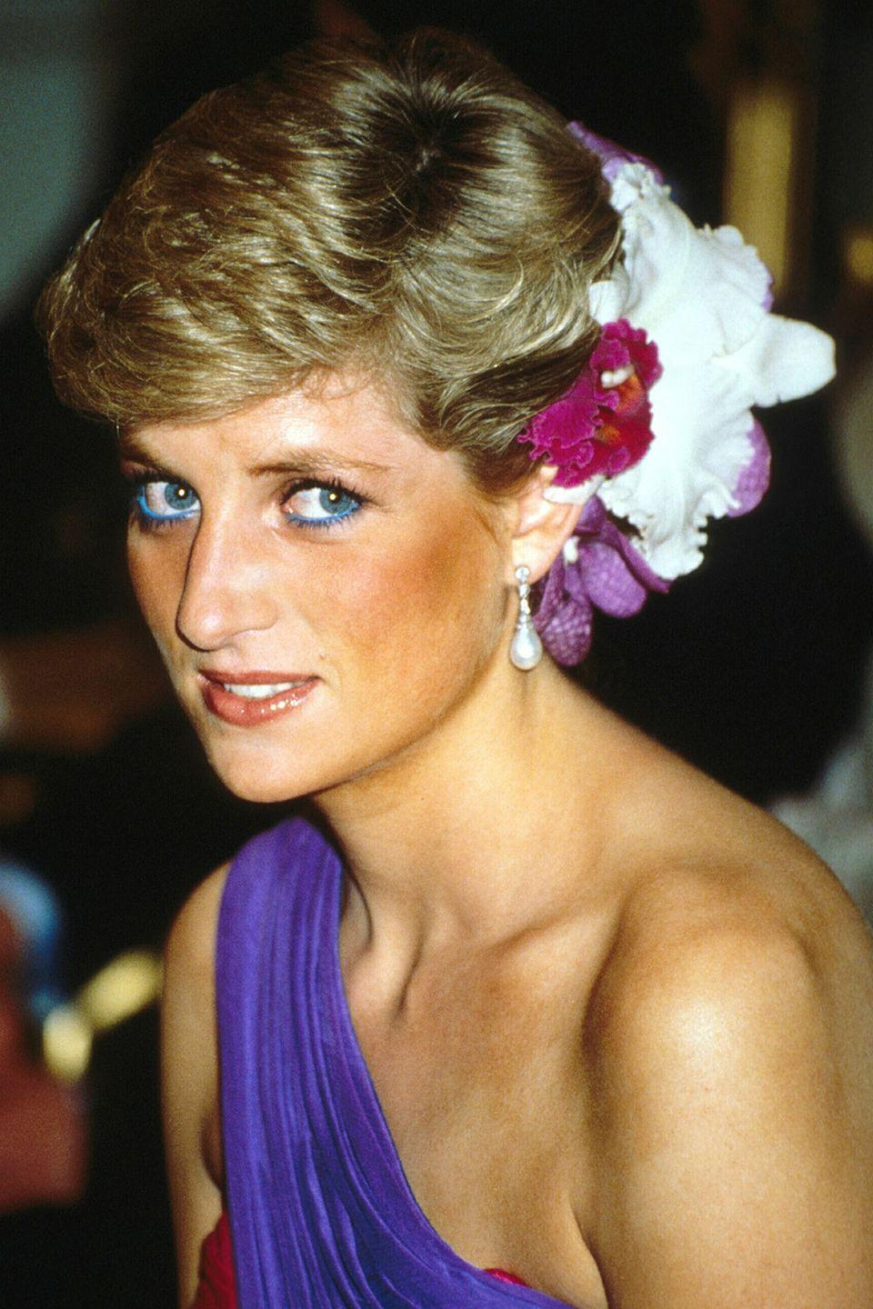 <p>Adding gorgeous white and fuchsia flowers to her hair, the royal looked radiant during a visit to Thailand. </p>