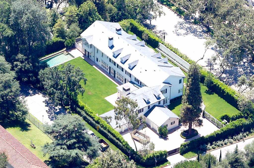 """The Jonas Brothers aren't the only famous house hunters out there. Ben Affleck and Jennifer Garner just plunked down a cool $16 million for this estate in Brentwood, California, which boasts seven bedrooms, a wine cellar, and neighbors such as Ricki Lake and Tobey Maguire. JM/<a href=""""http://www.x17online.com"""" target=""""new"""">X17 Online</a> - August 9, 2008"""