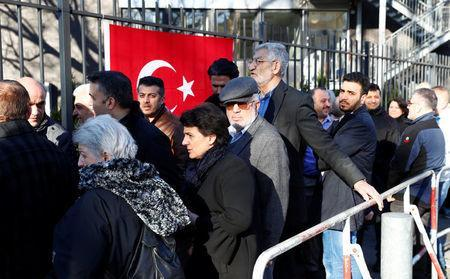 Turkish voters living in Germany wait to cast their ballots on the constitutional referendum at the Turkish consulate in Berlin, Germany, March 27, 2017. REUTERS/Fabrizio Bensch