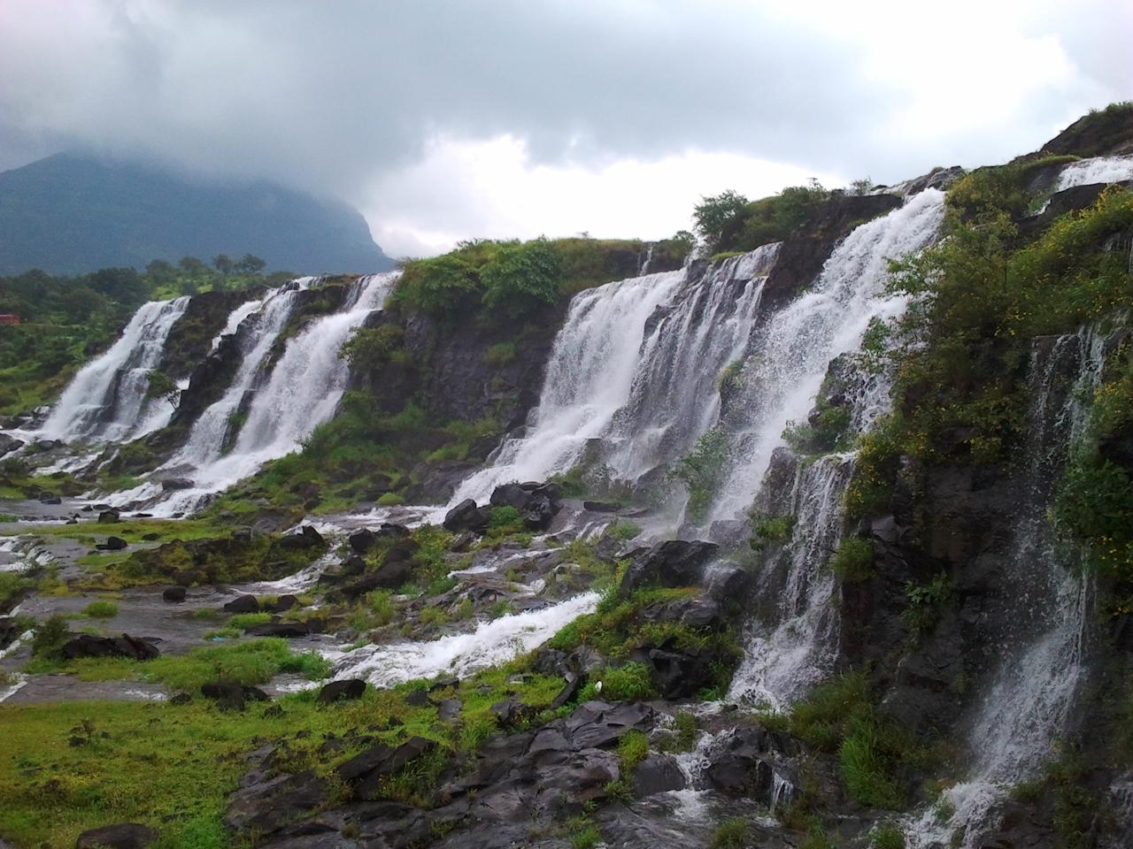 Another ideal location to relax and enjoy the richness of Nature, Bhandardara is known as a destination for Trekking, Star-Gazing, Sightseeing and cycling; needless to say that is apart from the majesty of its waterfalls and landscapes! Places to visit include Mount Kalsubai, the Wilson Dam, Bhandardara Lake, Randha Falls, Arthur Lake, Agasti Rishi Ashram, Amriteshwar Temple and Sandhan Valley.